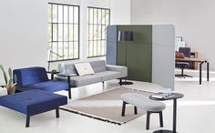 Communication is becoming increasingly important not only in waiting areas but also in the in-between zones of modern offices. ophelis docks as a classic lounge environment in a waiting or reading area within an open space. The side partitions provide privacy.