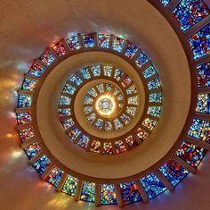Toit en spirale de la chapelle du Thanks-Giving Square à Dallas au Texas (Etats-Unis), recouvert de vitraux de Gabriel Loire