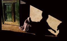 Uma das incontáveis viúvas afegãs é obrigada a depender da bondade de estranhos. Sob o governo do Talibã, as mulheres estavam proibidas de trabalhar, ainda que com frequência fossem o arrimo de suas famílias.