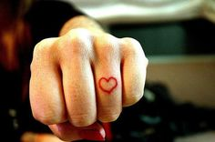 heart hands oldschool tattoo There are 2 types of heart tattoo designs you may have seen - heart symbol tattoos and human heart tattoos. Herz Tattoo Hand, Finger Tattoo Herz, Heart Tattoo On Finger, Finger Heart, Small Finger Tattoos, Ring Finger Tattoos, Small Tattoo, Heart Ring, Finger Tattoo Designs