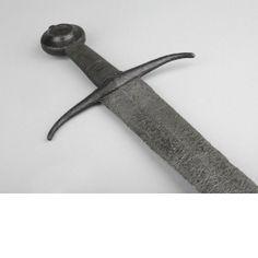 Espada. Francia o Inglaterra. Segunda mitad del siglo XIV. Long.: 95.4 cm; Long. hoja: 67,8 cm; Anch.: 6 cm, en la guarda; Peso: 1,36 kg. Punto de equilibrio a 6,5 cm de la guarda. Marca embutida en cobre (pequeña cruz de brazos ensanchados y base hendida) a 16.5 cm de la empuñadura. Hoja tipo XV (¿originalmente XVIII?) de Oakeshott.   Pomo de tipo K. Guarda de estilo 7. Wallace Collection A460    http://www.foxtail.nu/bjorn/vm_460_eng.htm