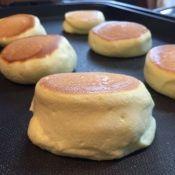 楽天が運営する楽天レシピ。ユーザーさんが投稿した「材料5つ!幸せのパンケーキ風♡スフレパンケーキ♪」のレシピページです。以前のヨーグルトやレモン使用のより少々難易度は上がりますが、今回は材料5つで覚えやすいです♡幸せのパンケーキ風♪ではありますが、満足のいく出来になりました♡。卵(赤卵使用),グラニュー糖,薄力粉or強力粉(米粉は20g),ベーキングパウダー,牛乳