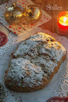Un pan dulce de Navidad típico de Alemania, recubierto de una gruesa capa de azúcar glas y que guarda en su interior frutas confitadas, frutas deshidratadas, y aromatizada con especias y vino dulce.