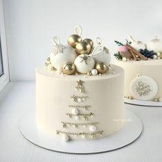 A beautiful winter cake combining . Christmas Cake Designs, Christmas Cake Decorations, Christmas Cupcakes, Christmas Sweets, Holiday Cakes, Christmas Baking, New Year Cake Decoration, Christmas Themed Cake, Xmas Cakes