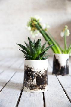 Keramik Übertopf, kleine Vase, schwarz und weiß Pflanzer, Air Pflanze Succulent, Keramik Keramik Geschenk, Valentine Day Geschenk  Dieses besondere und einzigartige Pflanzgefäß wird Ihrem Regal Pflanzen sicherlich ein ganz anderes Aussehen verleihen. Es ist im Zettel-Technik erstellt und beendete mit einer glänzenden Glasur. Die Pinselstriche sind handgemacht in Schlupf Färbung.   ><  -Größe: 4,5 H x 2,9 W / 10,5 cm H x 8 cm W -Farbe: dunkelblau mit weißen Pinselstrich…