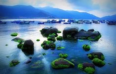 Sở hữu tấm ve may bay di Nha Trang gia re bạn không chỉ được ghé thăm những vịnh biển đẹp với bờ cát trắng, nắng vàng mà còn được khám phá nét hoang sơ của đảo Bình Ba – Bình Hưng – Bình Tiên – Bình Lập - 4 hòn đảo thu hút khách du lịch nhất ở đây.