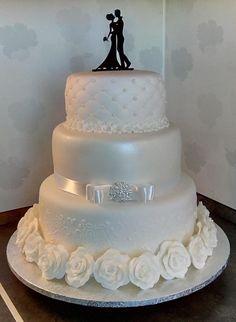 Best white wedding cake design for traditional wedding 52 Bling Wedding Cakes, Floral Wedding Cakes, Wedding Cake Rustic, White Wedding Cakes, Elegant Wedding Cakes, Elegant Cakes, Wedding Cake Designs, Wedding Cake Toppers, Cake Wedding