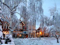 Околните Каскади са покрити с дълбок сняг. Ледените висулки блестят от топлите лъчи на слънцето. Сгушен в сърцето на цялата тази зимна красота е Левънуърт.