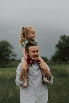 Cute Kids Photography, Wedding Couple Poses Photography, Girl Photography Poses, Daddy Daughter Pictures, Father Daughter Photography, Family Portrait Poses, Foto Pose, Girl Pictures, Portrait Photographers
