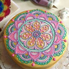 I so wish my hands were steady so I can make this gorgeous mandala cake! Fancy Cakes, Cute Cakes, Pretty Cakes, Beautiful Cakes, Amazing Cakes, Mandala Cake, Henna Cake, Decoration Patisserie, Mothers Day Cake