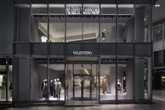 The new Valentino boutique has opened. If in Tokyo be sure to make a visit. Display Design, Store Design, Fashion News, Latest Fashion, Retail Facade, Asia, Italian Fashion Designers, Retail Shop, Fashion Labels