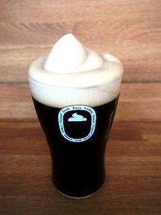 泡を凍らせて飲む「一番搾りフローズン黒」。キリンビールが飲食店向けに提案している
