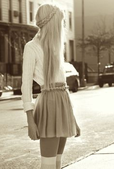 el modelo d la falda y el diceño de peinado de cabello