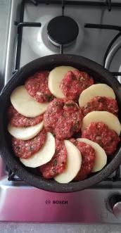 Tajine de pommes de terre et viande hachée - Meat Recipes, Chicken Recipes, Cooking Recipes, Healthy Recipes, Cooking Food, Tagine Recipes, Love Food, Easy Meals, Food And Drink