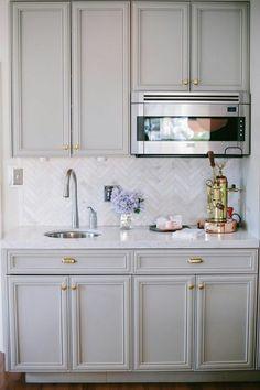 Pretty grey kitchen cabinets via The Glitter Guide, good kitchenette idea Grey Kitchen Cabinets, Kitchen Redo, Kitchen Tiles, New Kitchen, Kitchen Remodel, Kitchen Paint, Kitchen Hardware, Grey Cupboards, Cabinet Hardware