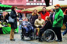 A tourist group with wheelchair users on the Leichhof.  © Archive Landeshauptstadt Mainz. To learn more about #Mainz | #Rheinhessen click here: http://www.greatwinecapitals.com/capitals/mainz-rheinhessen