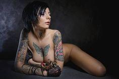Jetzt wird es heiß: 21 sexy Tattoo-Girls zeigen Ihre (Haut)kunst  Nackte Haut allein ist uns zu langweilig. Weil Kurven mit coolen Tattoos viel schärfer aussehen.