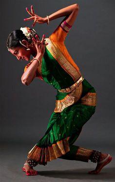 Danseuse [female ballet dancer] performs in the Eastern Indian style. Danseuse [female ballet dancer] performs in the Eastern Indian style. Shall We Dance, Just Dance, Modern Dance, Tango, Costume Ethnique, Cultures Du Monde, Isadora Duncan, Belly Dancing Classes, Indian Classical Dance