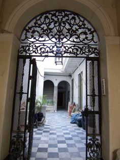 La puerta de la casa donde Don Manuel de Falla dió su primer concierto | Manuel de Falla y Matheu (Cádiz, España, 23 de noviembre de 1876 - Alta Gracia, Argentina, 14 de noviembre de 1946) fue un compositor romántico español.