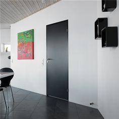 Sort Stable GW og matchende karm, indfuget i væggen uden gerigter Whiteboard, Tall Cabinet Storage, Doors, Architecture, Interior, Furniture, Gw, Design, Home Decor