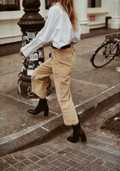 outfit | fashion | style | inspiration | street style | vintage | timeless | chic | blouse | cord | sand | trousers | belt | @arianepoulin |