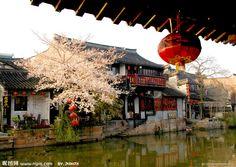 江南六大古镇之一。西塘古镇位于江浙沪三省交界处的浙江省嘉善县,古名斜塘,平川,距嘉善市区10公里。西塘全镇总面积83.61平方公里,其中古镇区面积1.04平方公里,人口近8.6万。西塘——生活着的千年古镇。已被列入世界历史文化遗产预备名单,中国首批历史文化名镇,国家AAAA级景区。