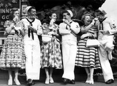 There was a spring look about Leicester Square when Empire showgirls took US sailors, wearing their summer outfits for the first time in London since 1933, around to show them the sights after they had been guest audience at the new Sinatra film On the Town1950s, Topography, Foreign Visitors in London	1950 ca.			 (c) TopFoto / Alinari Archives