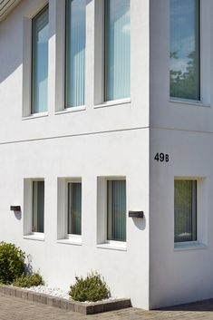 Murhus er både klassiske og tidsriktige. Finn våre beste tips til deg som skal male murhuset her. Garage Doors, Windows, Outdoor Decor, Home Decor, Lily, Summer, Decoration Home, Room Decor, Home Interior Design