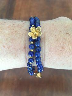 IV Bracelet de perles en lampez lazuli et fleurs plaquées or
