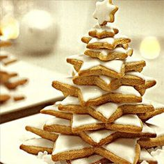Making Christmas cookies look like a Christmas tree. Christmas craft and food idea. Merry Little Christmas, Noel Christmas, Christmas Goodies, Simple Christmas, Christmas Treats, Christmas Baking, Winter Christmas, All Things Christmas, Christmas Nibbles