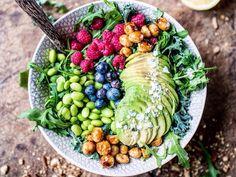 Rainbow Buddha Bowls setzen dem Superfood-Trend die Krone auf: Die kunterbunte Mischung in der Schale macht fit, gesund und einfach nur glücklich!