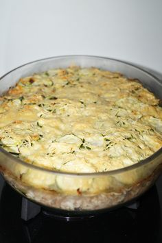 C'est un plat équilibré et vite fait à faire. Ingrédients pour 8 personnes: 1kg de courgettes 500 gr viande hachée (boeuf) 250 gr riz 3 oignons 1 cube de bouillon de boeuf 500 ml d'eau gruyère sel, poivre beurre Recette: Préchauffez votre four à 180 °C...