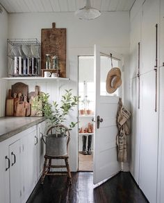 Farmhouse Kitchen Decor Ideas: Great Home Improvement Tips You Should Know! You need to have some knowledge of what to look for and expect from a home improvement job. Decoration Inspiration, Decoration Design, Decor Ideas, Decorating Ideas, Room Ideas, Sol Sombre, Country Kitchen, Countryside Kitchen, Rustic Kitchen