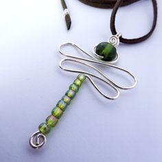 colar com pingente de libélula em fio de prata importado com pedra de vidro verde e miçangas e cordão de camurça sintética