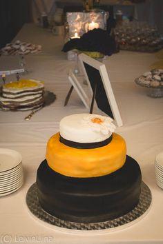 LeivinLiina: Kulta-musta-valkoinen hääkakku Kulta, Cakes, Desserts, Food, Tailgate Desserts, Deserts, Essen, Cake, Dessert