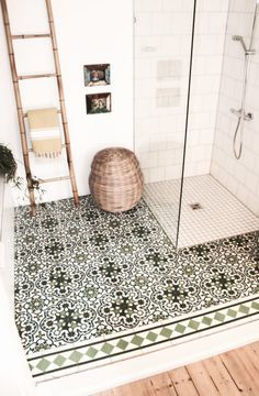 A beautiful boho bathroom worthy of luxe Egyptian Cotton Towels from Caribbean Natural The post Begehbare Dusche. appeared first on Wohnen ideen. Boho Bathroom, Bathroom Interior, Bathroom Ideas, Bathroom Wall, Bathroom Laundry, Master Bathroom, Bathroom Makeovers, Moroccan Bathroom, Bathroom Vanities