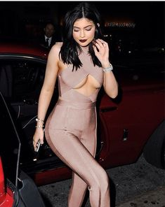 Boobs Below! from Kylie Jenner's Street Style Damn! Kylie flashes major underboob in a skintight House of CB 'Aster' jumpsuit. Work that cleavage, girl! Kylie Jenner Flash, Trajes Kylie Jenner, Looks Kylie Jenner, Estilo Kylie Jenner, Kylie Jenner Outfits, Kendall And Kylie Jenner, Khloe Kardashian, Robert Kardashian, Kardashian Kollection