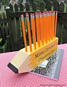 Diy pencil shaped pencil holder teacher gift make this super simple giant wood pencil shaped pencil holder for all those teachers this fall. 4x4 Wood Crafts, Diy Wood Projects, Woodworking Projects, Sewing Projects, Sketchup Woodworking, Woodworking Basics, Woodworking Machinery, Woodworking Workshop, Popular Woodworking