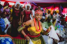 @0ladunni at her first enterance... and was escorted by her older sister and sister-in-law.  MUA - @facebylabisi Photo - @bunmiadedipe  @0laduni and @0sahon  #Dance #Family #IgboCulture #TraditionalMarriage #BunmiAdedipePhotography  #BunmiAdedipe #Photographer