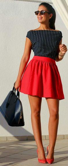 As saias curtas também podem ser volumosas. Para balancear o comprimento use blusas com decote mais alto.