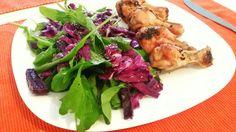 Frango e salada com repolho roxo