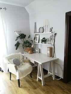 Scandi Boho - Mała biała sypialnia na poddaszu - zdjęcie od emiliana.pl - homebook Office Desk, Entryway Tables, Boho Chic, Furniture, Design, Home Decor, Homemade Home Decor, Desk Office, Desk