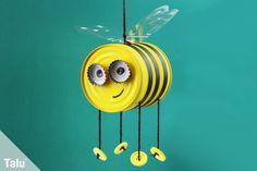 Talu zeigt in dieser kreativen Anleitung, wie Sie Bienen basteln - ob aus Papier, Eierkarton, Klorolle oder alter Konservendose. Hier ist für jeden was dabei! Die gebastelte Biene ist bestens geeignet als Dekoration für Frühling und Sommer oder als Geschenk!