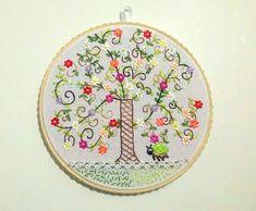 Quadro de Bastidor 23 cm Árvore bordada | Pequenas relíquias | Elo7
