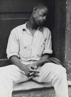 This photo taken by Walker Evans, displays the many hardships that African Americans have experienced throughout American history. Walker Evans makes sure to capture the subject's emotions they may be feeling. Seydou Keita, History Of Photography, Street Photography, Portrait Photography, Documentary Photography, Gordon Parks, Henri Cartier Bresson, Robert Doisneau, Black And White Portraits
