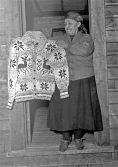 Cowichan Indian Sweater Maker between 1941 and Photo: Williams Bros. Fair Isle Knitting, Knitting Yarn, Cowichan Sweater, Minimal Outfit, Sweater Making, Vintage Knitting, Vintage Sweaters, Bunt, Knitwear