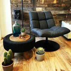 Fauteuil van Dutchbone met een stoere bijzettafel. Deze bijzettafel is gemaakt van een autoband en steigerhout. De cactussen maken dit plaatje compleet. Voor meer inspiratie kunt u kijken op www.wortelwoods.nl