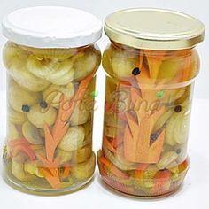 Ciuperci marinate pentru iarna Romanian Food, Preserving Food, Conservation, Pickles, Mason Jars, Stuffed Mushrooms, Food And Drink, Canning, Celery