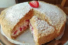 Dieser Kuchen wurde zum Internet-Hit. Auch ich musste ihn an diesen heißen Tagen probieren. Er sieht der Maulwurftorte ähnlich, aber statt Bananen nimmt man Erdbeeren, und vor allem ist es ein Kuchen ohne Backen. Alles, was man braucht, ist Schlagsahne, Mascarpone, Puderzucker, Butterkeks-Butter-Masse und viele Erdbeeren. Es ist der Himmel im Mund.