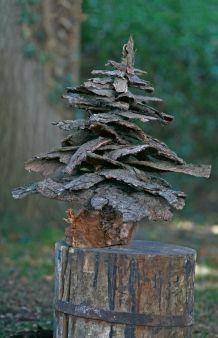 Rinde auf Rinde bauen wir aus Fichtenborke einen knorrigen Weihnachtsbaum. Die Materialien findet man an Totholz und abgebrochenen Ästen. Die